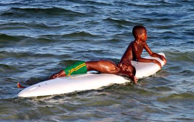 Kinder warten auf die perfekte Welle. (Foto Karsten-Thilo Raab)