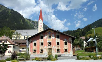 In Holzgau wissen vor allem die Lüftlmalereien zu begeistern. (Foto Karsten-Thilo Raab)