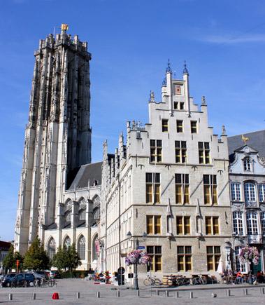 Weithin sichtbar: der mächtige Glockenturm der Rombouts Kathedrale. (Foto Karsten-Thilo Raab)