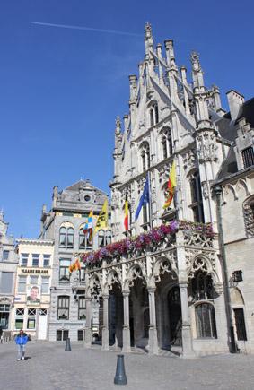 Mittelalterliches Prunkstück: das historische Rathaus von Mechelen. (Foto Karsten-Thilo Raab)