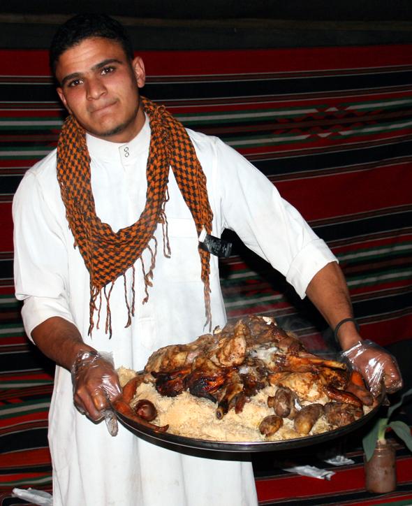 Mohamed Ibrahim serviert das ungemein schmackhafte Sandlamm. (Foto Karsten-Thilo Raab)