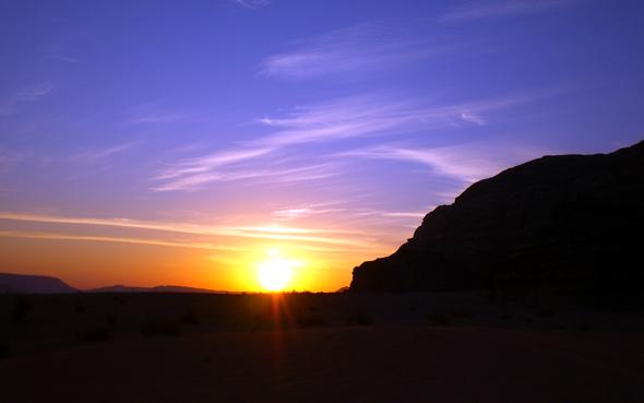 Fast schon kitschig schön sind die Sonnenaufgänge in der Wüste. (Foto Karsten-Thilo Raab)