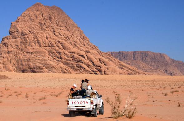 Mit dem geländegängigen Fahrzeug lassen sich die Weiten des Wadi Rum erschließen. (Foto: Karsten-Thilo Raab)