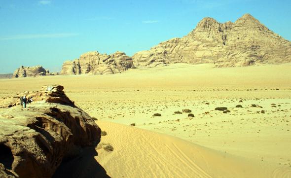 Je nach Tageszeit und Sonnenstand verändert sich die Farbe des Wüstensands. (Foto Karsten-Thilo Raab)