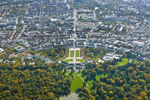 Fächerstadt Karlsruhe: Mittelpunkt der lebendigen Stadt ist das barocke Residenzschloss, von dem strahlenförmig 32 Straßen ausgehen. Foto: djd/Karlsruher Messe- und Kongress-GmbH Geschäftsbereich Tourismus