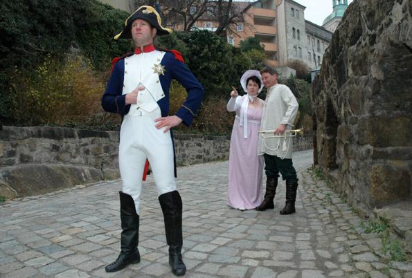 Napoleon, der Deserteur Pierre Cornion und sein Mädchen spielen die Hauptrollen in einer Erlebnis-Stadtführung in Bautzen. Foto: djd/Tourist-Information Bautzen-Budyšin/Sascha Hache