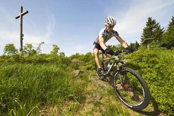 Ideales Terrain für Mountainbiker: die Gipfel des Bayerischen Waldes. Foto: Grenzenlos/Tourismusverband Ostbayern