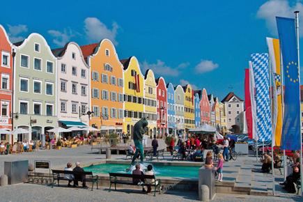 Die Barockstadt Schärding am Inn bietet vielfältige Einkaufsmöglichkeiten und die Straßencafés laden zum Genießen ein. (Foto: Tourismusverband Schärding)