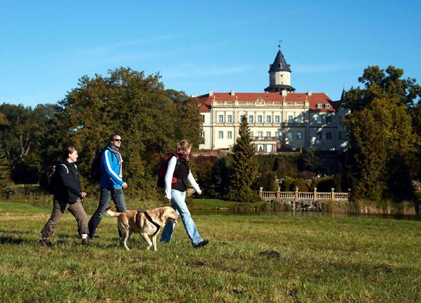 Rund um Schloss Wiesenburg in Brandenburgs Region Fläming mit seinem weitläufigen Park lässt es sich gut wandern. (Foto: Jürgen Rochell)