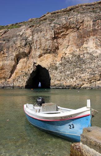 Mit dem Boot geht es vom Inland Sea zum Azur Window. (Copyright Karsten-Thilo Raab)