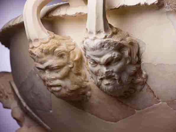 ekorative Details eines Marmorbassins aus dem ersten Jahrhundert v.Chr, das Teil des Fundes bei der Herodes-Grabstätte ist.