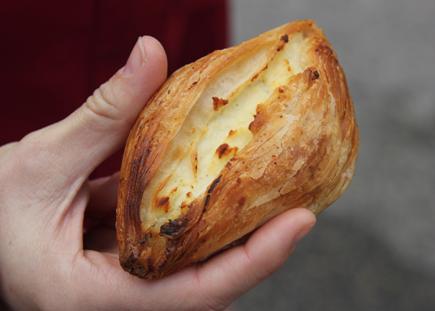 pastizz tal-irkotta – eine lokale Spezialität aus Blätterteig und Ricottakäse. (Copyright Karsten-Thilo Raab)