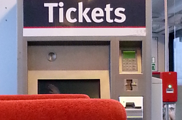 Ab Bahnhöfen oder teilweise auch in Zügen müssen eigentlich vor Fahrtantritt Fahrscheine erworben werden. (Copyright Karsten-Thilo Raab)