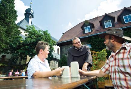 Zu jeder Wanderung auf den Kreuzberg gehört ein Besuch des Franziskanerklosters mit Probeschluck des berühmten Kreuzbergbiers. (Foto: Tourist-Information Bischofsheim)