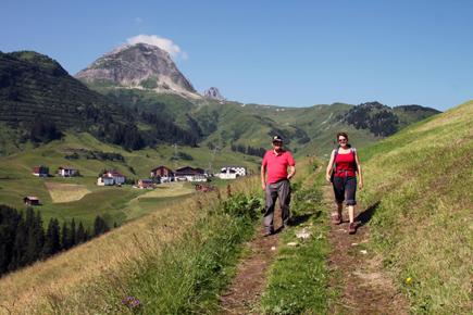 Wanderer bei Warth. (Copyright Karsten-Thilo Raab)
