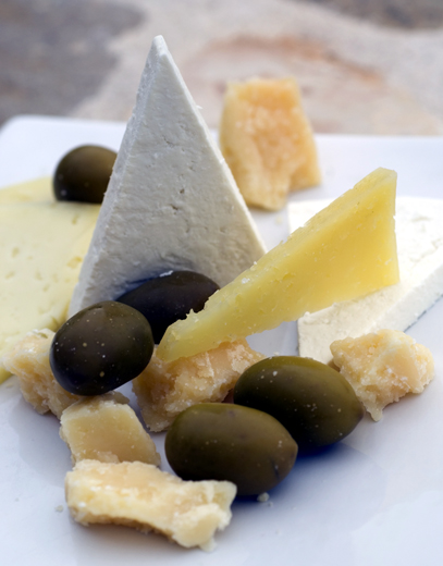 Käse und Oliven - eine beliebte Kombi in Istrien.