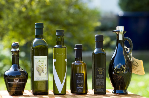 Werden sogar zur Verdauungsförderung aus dem Schnapsglas genossen: Olivenöle aus Istrien. (Fotos: Petr Blaha)