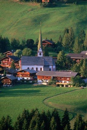 Blick auf Alpbach mit der weithin sichtbaren Dorfkirche. (Foto: Udo Haafke)