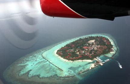 Das herrlich blaue Wasser der  Malediven aus der Vogelperspektive. (Foto: Karsten-Thilo Raab)