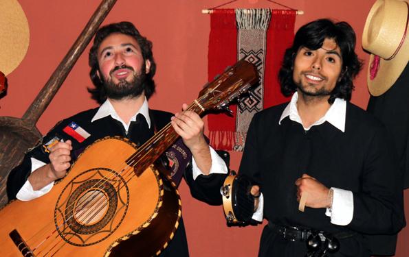Musiker sorgen mit typischen Gitarrenklängen für musikalische Unterhaltung bei den chilenischen Weinfesten. (Foto: Karsten-Thilo Raab)