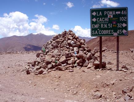 Wegweiser an der Ruta 40 auf dem Abra el Acay. (Foto: Eugenio Costa)