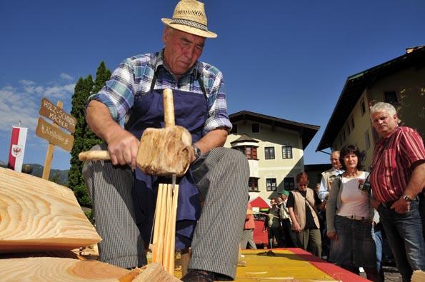 Schindelmacher David Hausberger zeigt traditionelle Handwerkskunst. (Foto: Udo Haafke)