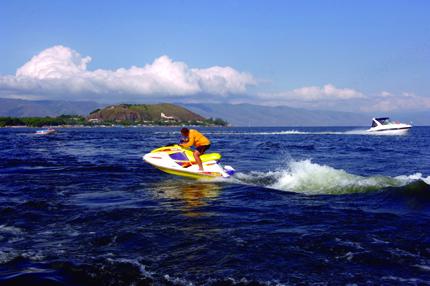 Ein Tummelplatz für Wassersportler: Der Sevan See. (Foto: Martin Shahbazian)
