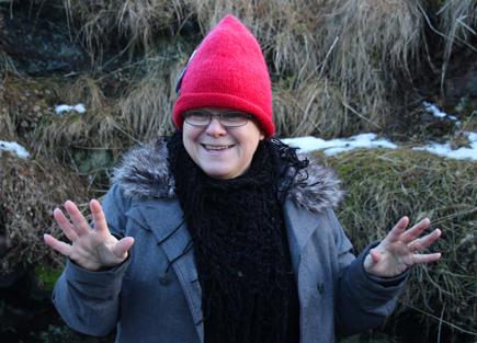 Mit Händen und Füßen berichtet Sigurbjörg Karlsdóttir von begegnungen mit Elfen. (Foto: Karsten-Thilo Raab)