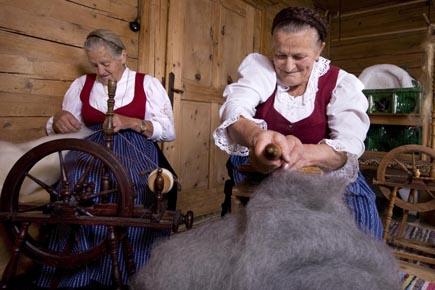 Spinnerinnen im Höfemuseum Kramsach. (Foto Udo Haafke)
