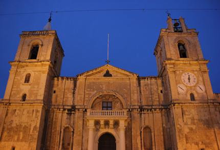 Von außen eher schlicht, von innen überwältigend: Die St .John's Co-Kathedrale. (Foto Karsten-Thilo Raab)