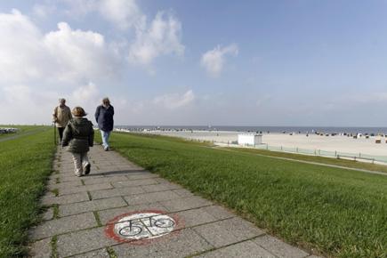 Lädt zu ausgedehnten Spaziergängen ein: Der Deich in Neuharlingersiel. (Foto: Udo Haafke)