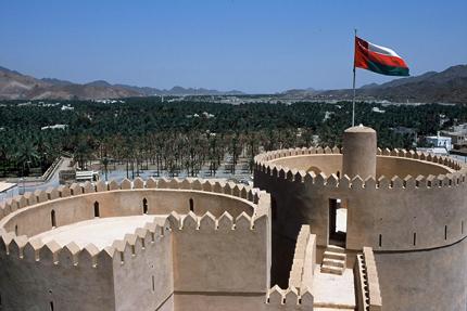 Das Fort Nizwa bietet einen guten Aussichtspunkt auf die umliegenden Palmenplantagen. Die große Lehmfestung schmückt die einstige Hauptstadt Nizwa im Norden des Sultanats Oman. (Foto: Sultanate of Oman)