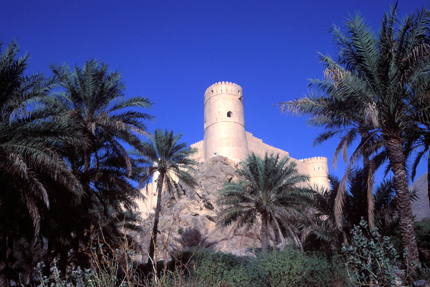 Die Festung Nakhal in der nördlichen Region Al Batinah besticht durch ihre ungewöhnliche Bauart. Statt einem festen Aufbau zu folgen, wurde das Fort dem Felsen, auf dem es steht, flexibel angepasst. (Foto: Sultanate of Oman)