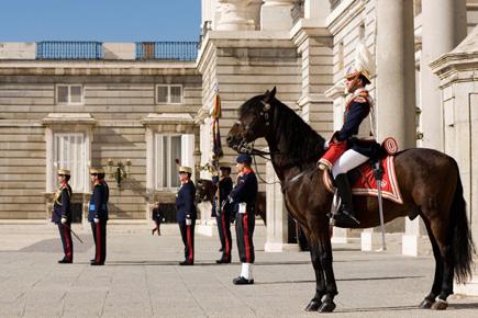 400 Wachsoldaten und 100 Pferde nehmen am Wachwechsel vor Madrids königlichem Palast teil. (Foto: Madrid Visitors & Convention Bureau)