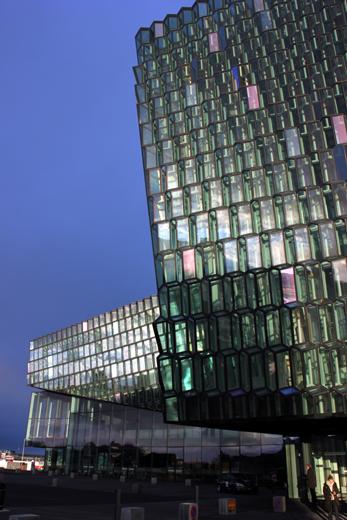 Wurde für 160 Millionen Euro errichtet: Harpa, Islands kultureller Dreh- und Angelpunkt. (Foto: Karsten-Thilo Raab)