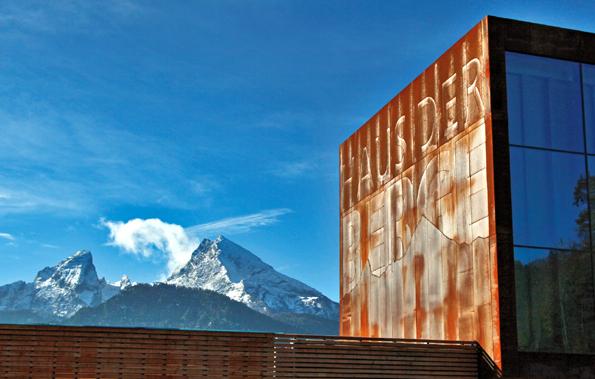 Wurde jetzt feierlich eröffnet: Das Haus der Berge - mit Watzmann im Hintergrund. ( Foto Nationalparkverwaltung Berchtesgaden)