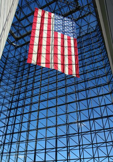 Stars and Strips vor der JFK Bücherei in Boston im Land der unbegrenzten Möglichkeiten