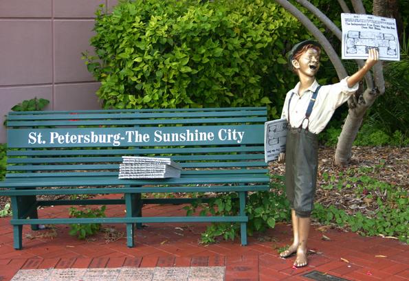 Vielfach zitiert: Der amerikanische Traum - vom Tellerwäsche oder wie hier bei dem Denkmal vor dem Museum of History in St. Petersburg, Florida, vom Zeitungsverkäufer zum Millionär. (Foto: Karsten-Thilo Raab)