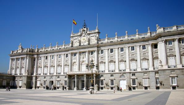 Einmal monatlich Schauplatz einer spektakulären Wachablösung: Der königliche Palast in Spaniens Hauptstadt Madrid. (Foto: Karsten-Thilo Raab)