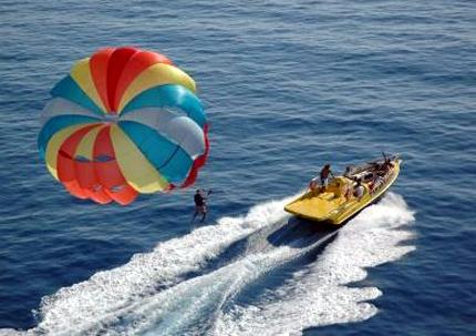 Wassersport wird in dem kleinen Emirat großgeschrieben.