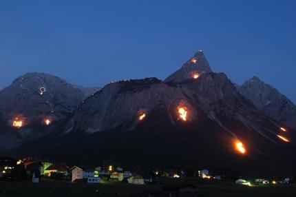 Den besten Rundumblick auf die von der UNESCO gewürdigten Bergfeuer erleben Besucher im Talkessel der Orte Ehrwald, Lermoos und Biberwier. Originalgröße: 2102 x 1322 Pixel (Foto: Tiroler Zugspitz Arena)