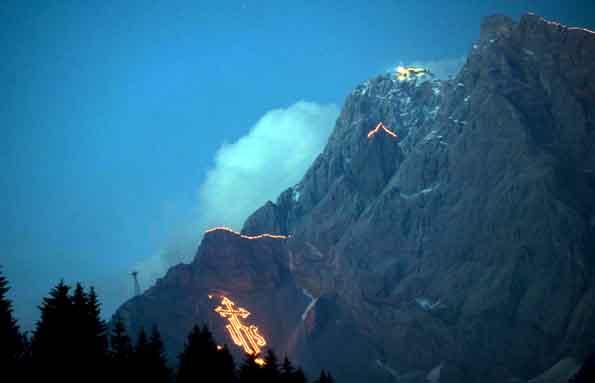Bei den traditionellen Bergfeuern in der Tiroler Zugspitz Arena erhellen am 22. Juni 2013 nach Einbruch der Dunkelheit Feuerskulpturen die Felswände rund um die Zugspitze. (Foto: Albin Niederstrasser)