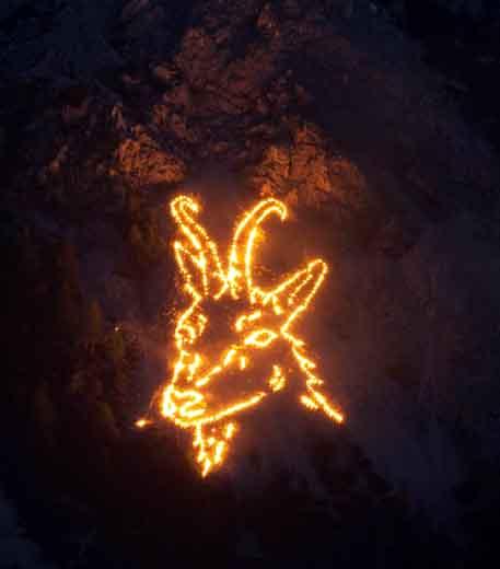 Ab etwa 22 Uhr können Zuschauer des Bergfeuers Symbole aus Mythologie, Glauben und aktuellen Themenbereichen bestaunen. Insgesamt zieren rund 10.000 einzelne Feuerstellen die Berge der Tiroler Zugspitz Arena.(Foto Somweber)