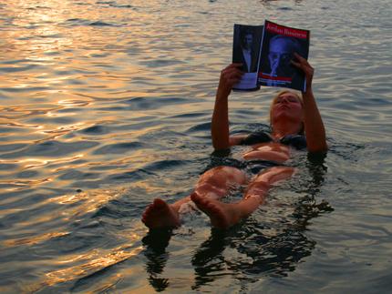 Entspannung pur: lesen mit Auftrieb im Toten Meer. (Foto: Karsten-Thilo Raab)