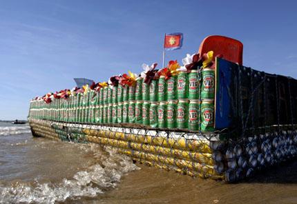 Die Vorbereitung für die Bootsbauer ist hart: Alle Dosen müssen leer getrunken werden.