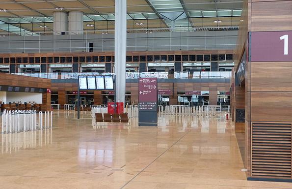 Die verwaiste Abflughalle des Flughafens Berlin Brandenburg soll nach und nach mit Leben gefüllt werden. (Foto: Muns)