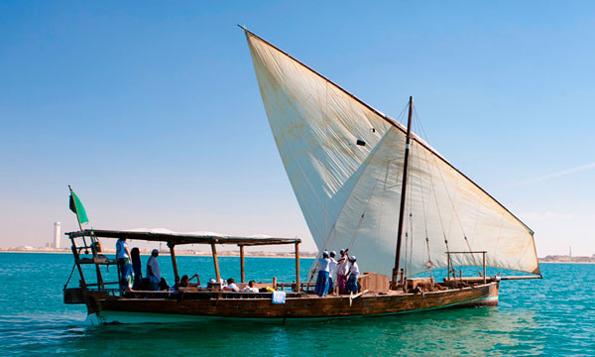 In Dhaus, den traditionellen Segelbooten, geht es vor der Küste Abu Dhabi auf den Spuren der Perlentaucher.