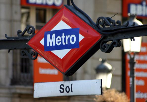Tut es für Geld: Die U-Bahnstation Sol im spanischen Madrid, die sich für drei Millionen Euro einen Vornamen gönnte. (Foto: Karsten-Thilo Raab)