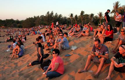 Tausende von Zuschauer strömen zur Dosenbootregatta an den Mindil Beach. (Foto: Karsten-Thilo Raab)