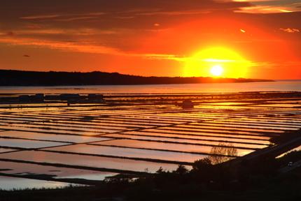 Stimmungsvoller Sonnenuntergang über den Salzfelder von Piran. (Foto: Portoroz/Piran)